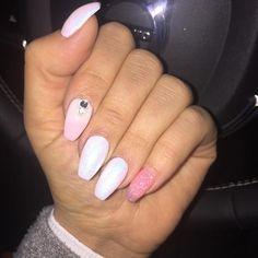 Nu är Dubai naglar på���� tack fina @beautybykornelia��  #sol #livsstil #minlivsstil #mamma #naglar #naglarstockholm #vita #marmaid #rosa #glitter #glitternails http://www.butimag.com/mamma/post/1481520543295190250_191029625/?code=BSPaxWujbTq