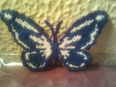 Mariposa bordada a punto de cruz para adornar una camiseta o un bolso