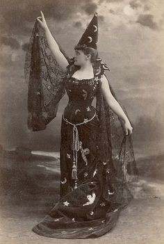 This week we have vintage old witch photos. I have been collecting vintage Halloween images for some time now, and thought I would share some great ones. Retro Halloween, Halloween Fotos, Vintage Halloween Photos, Vintage Witch Photos, Halloween Makeup, Halloween Stuff, Whimsical Halloween, Halloween Labels, Halloween Fashion