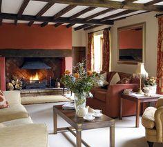 Salón con chimenea campestre