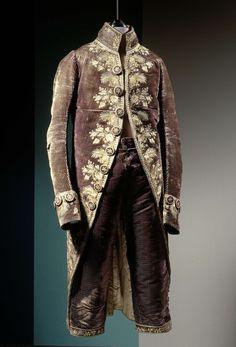 Jas of rok van verkleurd donkerblauw fluweel met golfjes, geborduurd in veekleurige zijde  met florale motieven en een bies van hartjes, anoniem, c. 1785 - c. 1790