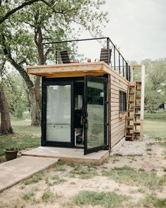 Less indoor, more outdoor. container turned tiny house with rooftop deck. Built by Photo by (at Waco, Texas) Less indoor, more outdoor. container turned tiny house with rooftop deck. Built by Photo by (at Waco, Texas) Tiny House Cabin, Tiny House Living, Tiny House Plans, Tiny House Design, Tiny Cabins, Prefab Guest House, Tiny Guest House, Backyard Guest Houses, Tiny House Village