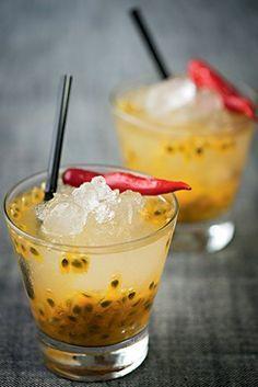 Drinque de pimenta e maracujá - 1 maracujá; 1 rodela de malagueta; 2 colh. de açucar; 60ml de cachaça, gelo picado