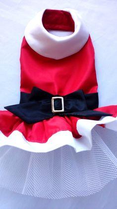 Ho! Ho! Ho! Feliz Natal!    A Legal pra Cachorro preparou o Vestido Mamãe Noel para sua cachorrinha entrar no clima natalino junto com toda a família!    Em tafetá vermelho, com detalhes em branco, cinto e laço em preto, com fivela de metal. Forrado com tecido anti nó. Fechamento no pescoço e na ...