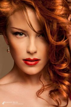 Elegant make up, beautiful hair color! Beautiful Red Hair, Gorgeous Redhead, Beautiful Eyes, Beautiful Women, Costume Noir, Natural Redhead, Redhead Girl, Tips Belleza, Ginger Hair