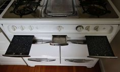 A Wedgewood stove purchased by Oakland resident Don Link is equipped with spider burner covers, chrome-covered griddle with moat to trap grease, easy-to-clean pull outs, enameled broiler and storage compartment. Photo: Michael Macor, The Chronicle
