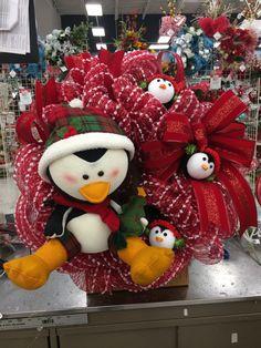 Christmas Mesh Wreaths, Christmas Ideas, Wreath Making, How To Make Wreaths, Deco Mesh, Fun Crafts, Knight, Craft Ideas, Bows