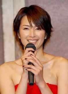 画像:吉瀬美智子のショートレイヤーヘア | 吉瀬美智子の大人レイヤーショートヘアスタイル&ロングヘア【髪型】の2枚目 | LAUGHY [ラフィ]