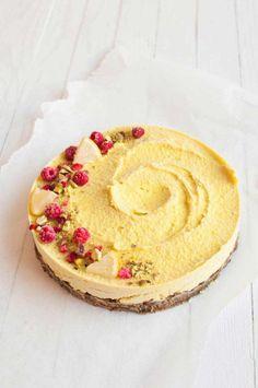 Sitruunaraakakakku on superhelppo keväinen raakakakku arkeen ja juhlaan. #raakakakku #kakku #terveellinenresepti #sokeriton