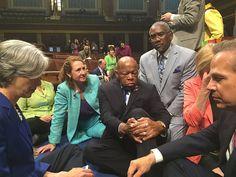John Lewis (Mitte, sitzend) und weitere Abgeordnete der Demokraten beim Sit-in