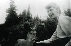Sylvia Plath feeding a deer, Algonquin Provincial Park, Ontario, Canada, July 1959 Writers And Poets, Sylvia Plath Quotes, Ontario, Story Writer, American Poets, Oh Deer, Massachusetts, Cool Photos, Amazing Photos