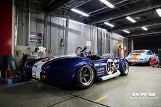 Tough Cobra track car in the garage Ac Cobra 427, Ford Shelby Cobra, Shelby Gt, Baby Cobra, Car Man Cave, Cars Usa, Vintage Race Car, Ford Gt, King Cobra
