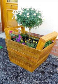 Inspired Wood Pallet Projects and Ideas Page 4 of 13 is part of Upcycled Crafts Wood Wooden Pallets - we have shared here in shape of these DIY inspiring wooden pallet projects and ideas, these pallet ideas are full of creativity and are sure to get you Wood Pallet Planters, Rustic Planters, Wooden Pallet Projects, Pallet Crafts, Indoor Planters, Wooden Pallets, Hanging Planters, Pallet Wood, Salvaged Wood