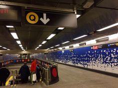 NEW SECOND AVE SUBWAY QLINE  2017年の幕開け・元日に開通した2nd AvenueラインQの路線。 マンハッタンアッパーイーストエリアに走る2nd Ave沿いの地下鉄です。 実は構想は、1919年から始まり、大恐慌による中止や、ニューヨーク市が破綻しかけ、 さらには工事による苦情など、幾度と計画が上がるたびに、再度中止や延期を繰り返してきました。 長い間工事されている状況は、ニューヨーク市民には、完成することはないであろうと考えられていたようです。  約100年もの長い年月を経て、ようやく今年開通。 MTAアート&デザイン選出したアーティストのアートが、新しく伸びた各駅に取り入れられています。 まるで美術館のよう。  LEX 63 STREET Jean Shin , Elevated 2017. 韓国出身のアーティスト。 マンハッタンを運行していた2つのラインの写真を元に、解体された高架鉄道の骨組、 駅にいる人々の様子を描いています。どこかレトロな印象を受けます。     72STREET Vik Muniz , Perfect…