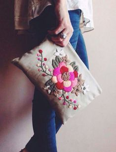 ideas for embroidered clutch Embroidery Bags, Cross Stitch Embroidery, Embroidery Patterns, Diy Pochette, Diy Broderie, Fabric Bags, Handmade Bags, Needlework, Sewing Projects