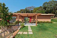 Um dos últimos projetos do arquiteto Renato Marques (1951-2011), a casa evidencia alguns de seus materiais preferidos, como os tijolões de 28 cm (Aldebarã) e as telhas artesanais (Quinta Fachada Telhados).