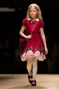 Monnalisa fall winter 2018 fashion show Pitti Bimbo 86 - Fannice Kids Fashion Kids Fashion Blog, Young Fashion, Cute Girl Outfits, Girly Outfits, Tight Dresses, Girls Dresses, Winter 2018 Fashion, Fashion 2018, Little Girl Pictures