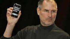 """Image copyright                  Getty Images                                                                          Image caption                                      La leyenda que acompaño a esta foto fue: """"El jefe ejecutivo de Apple Steve Jobs presentó un nuevo teléfono móvil que puede usarse para escuchar música y tomar fotos, un aparato muy esp"""