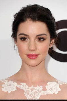 Adelaide Kane: this pop of pink lipstick is simultaneously bright and natural, it really brings life to her face and suits her rosy complexion better than a nude lip!