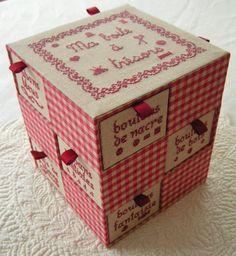 Turm mit kleinen Schubladen