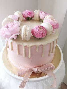 1-vuotis kakku macaronseilla ja leinikeillä.   1-year birthday dripcake with butterflower and macarons.