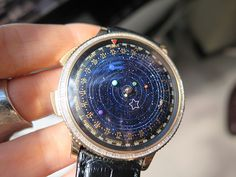 Relógio com planetas do sistema solar girando, ao invés de ponteiros. Pela bagatela de 600 mil reaus. De boas, vai.