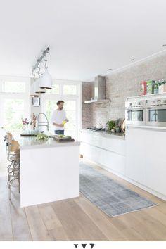 Descubre esta cocina abierta que consigue un aire industrial moderno y funcional.