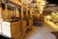 Ein Sichter dient zur Trennung der Kornbestandteile, die nach der Mahlung auf dem Walzenstuhl in einer Mühle anfallen. Im Hintergrund befindet sich eine Grießputzmaschine