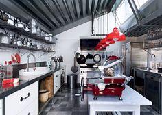 Une cuisine design de pro rythmée par le rouge