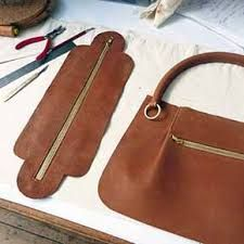 Poner cremallera Leather Bag Tutorial, Leather Bag Pattern, Sewing Leather, Leather Purses, Leather Handbags, Leather Bags, Leather Handle, Soft Leather, Sacs Tote Bags