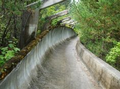 Piste de bobsleigh. Le village olympique de Sarajevo.   Depuis les jeux d'hiver de 84, les équipements de Sarajevo ont été abandonné.