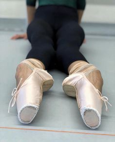 That arch is beautiful Ballerina Feet, Ballet Feet, Ballet Barre, Ballet Class, Dancers Feet, Ballet Dancers, Dance With You, Dancing In The Rain, Pointe Shoes