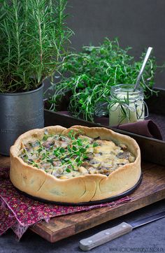 Tart with roasted chicken, leek and mushrooms Quiche, Tart Recipes, Cooking Recipes, Mushroom Tart, Savory Pastry, Romanian Food, Bread And Pastries, Polish Recipes, Cafe Food