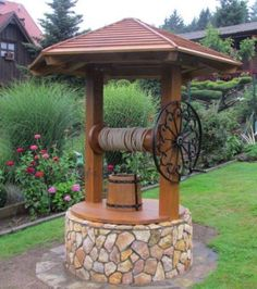 Fantana cu soclu de piatra si acoperis din lemn Wishing Well Garden, Flower Cart, House On Stilts, Backyard Bar, Outside Patio, Tuscan House, Garden Fountains, Front Yard Landscaping, Rustic Design