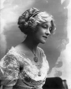 Lady Marjorie Manners, 1910 by Alexander Bassano.Lady Marjorie Manners (Marchioness of Anglesey), was eldest daughter of the Duchess of Rutland and sister of Lady Diana Manners Cooper. HAIRSTYLE ONLY Historical Hairstyles, Edwardian Hairstyles, Vintage Hairstyles, Vintage Photographs, Vintage Photos, Gibson Girl, Edwardian Fashion, Edwardian Era, Vintage Beauty