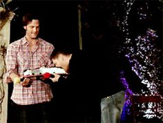 [GIF] Jared and Jensen convention panel-Jensen gets a birthday cake