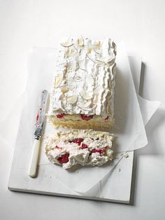 What's better than a meringue pie? We don't know, but this meringue slice sure is delicious! Swap traditional lemon for raspberry and lime…going to veganise this one Sweet Recipes, Cake Recipes, Dessert Recipes, Cupcake Cakes, Cupcakes, Meringue Cake, Raspberry Meringue, Meringue Roulade, Fudge