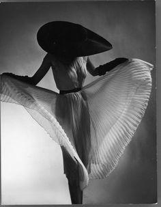 "wehadfacesthen: ""Dorian Leigh wearing a Jane Derby dress in a 1950 photo by Richard Avedon "" Gjon Mili, Dorian Leigh, Harper's Bazaar, Robert Mapplethorpe, Robert Doisneau, Foto Fashion, Fashion Art, Fashion Images, Fashion Shoot"