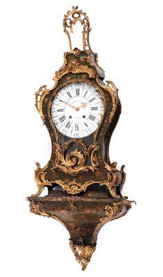 Höhe des Uhrengehäuses: 99 cm. Gesamthöhe mit Sockel: 140 cm. Sockelbreite: 55 cm. Sockeltiefe: 28 cm. Frankreich, Mitte 18. Jahrhundert. WERK...