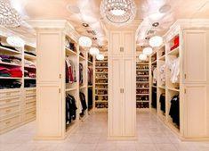 Begehbarer kleiderschrank luxus  Weißer begehbarer Kleiderschrank im französischen Landhausstil ...