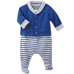 This beautiful nightwear set for baby boys contains a sleeveless striped cotton crawler  and an adorable padded jacket, made from soft, cozy jersey which is brushed inside. The sailor look has been updated, with a tunic neck on the jacket, and the signature stamp on the collar. A delightful nightwear item with all the sailor codes.  - 100% cotton, padding 100% polyester - V-neck - long-sleeved plain jacket - sleeveless striped crawler - 40,00 €