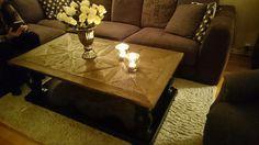 Dubai Salongbord (drivved og sort)   Lekkert og robust håndprodusert salongbord. Bordplaten er laget av gammel alm etter gamle tredører. Understellet er sortmalt, solid bjørk. Bordet er håndlaget av gammel drivved, og bordplaten har flott innfelt mønster. Hver del av bordet har sitt eget unike utseende og hvert eneste bord har sitt eget særpreg med ulik struktur i treverket.   https://classic-living.no/collections/bord/products/dubai-salongbord-sort