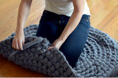 art inspiration How to crochet a giant circular rug - no sew - Expression Fiber Arts Finger Crochet, Crochet Diy, Crochet Home, Crochet Crafts, Yarn Crafts, Hand Crochet, Crochet Rugs, Crochet Afghans, Crochet Ideas