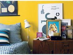 【ELLE DECOR】黄色の壁に青のファブリックが映えるベッドルーム|エル・オンライン