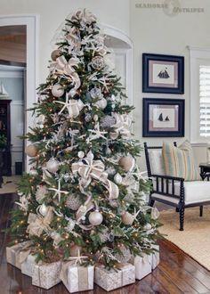 Une déco de sapin de Noël effet givré et beige pour la douceur