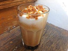 Als je een koffiedrinker bent, dan drink je waarschijnlijk wel een kopje per dag. Hartstikke lekker en een fijne oppepper voor als je nog wel wat energie kan gebruiken, maar eerlijk is eerlijk: het kan een beetje saai worden. Als je eens je vriendinnen op de koffie hebt of gewoon een keer iets anders wil, dan hebben wij vijf recepten om je koffie spannender te maken: van Nutella Cookie Crumble tot Oreo Iced Latte. Kijk maar mee! Coffee Art, My Coffee, Coffee Drinks, Coffee Time, Snack Recipes, Cooking Recipes, Snacks, Coffee Corner, Frappuccino