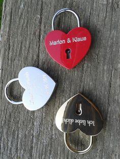 Some nice examples of lovelocks. Schöne Beispiele für ein romantisches Hochzeitsschloss.