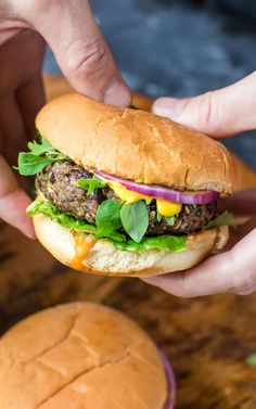Healthy Quinoa Black Bean Veggie Burgers piled high with all your favorite toppings! They& vegetarian and gluten free with an easy vegan option! Black Bean Quinoa Burger, Quinoa Burgers, Black Bean Burgers, Veggie Burgers, Vegetarian Burgers, Beef Burgers, Burger Recipes, Vegetarian Recipes, Vegan Meals