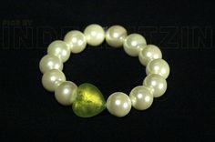 ROMEA GREEN. Armband aus hellgrünen Muschelkernperlen (Ø 14 mm) auf elastischem Nylonfaden. Herz aus Murano-Glas mit Echtgoldeinlage.