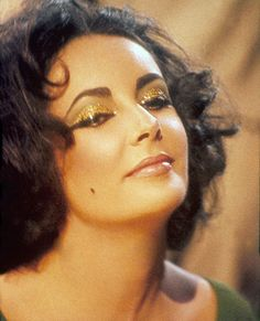 "Elizabeth Taylor on the set of ""Cleopatra"", Elizabeth Taylor Cleopatra, Marlene Dietrich, Brigitte Bardot, Golden Age Of Hollywood, Old Hollywood, Hollywood Icons, Classic Hollywood, Greta, Violet Eyes"